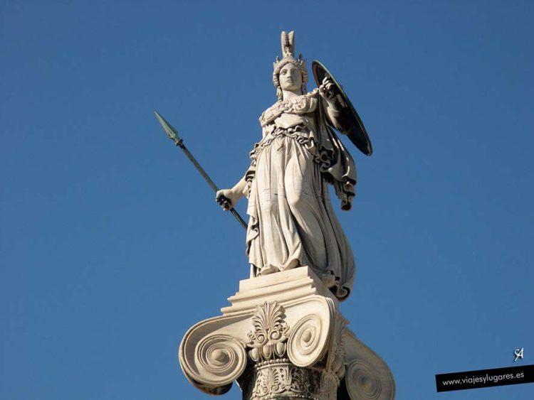 Estatua de Atenea, la diosa de la sabiduría prudente y de la guerra inteligente.