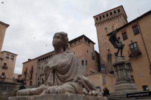 La Plaza de las Sirenas, la estatua de Juan Bravo, el Torreón de Lozoya en Segovia