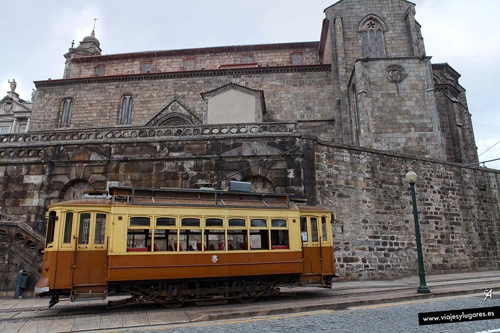 imagen del tranvía con el convento detrás