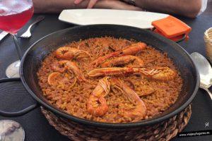 Paella de marisco y sangria, en un restaurante de Tabarca