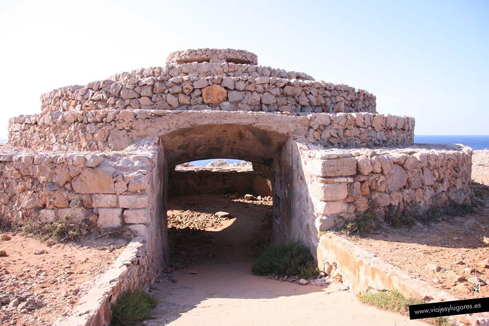 Construcción para cobijar al ganado en el Faro Punta Nati en Menorca