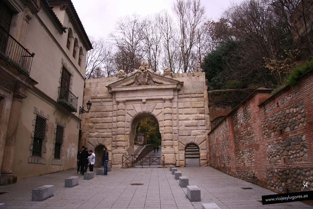 Puerta de las Granadas en la Alhambra de Granada