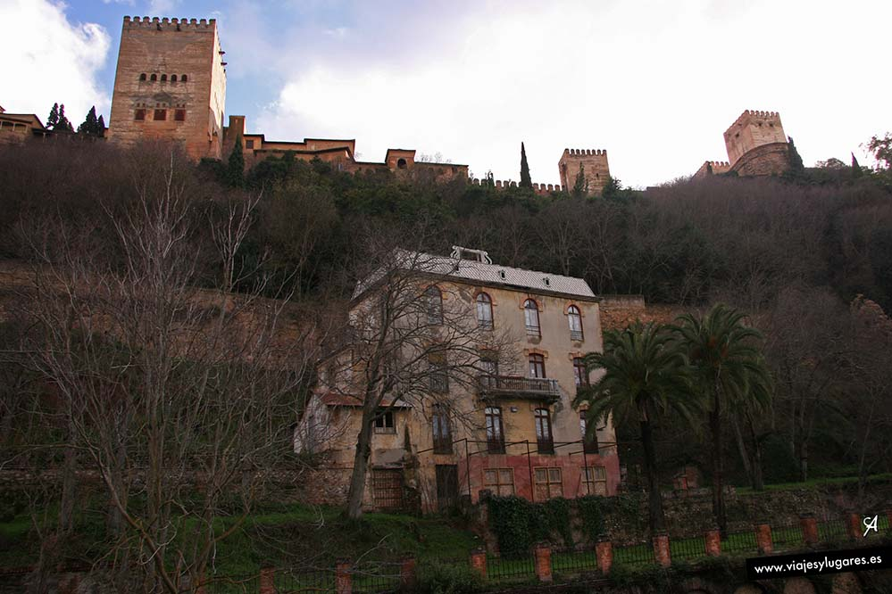 El Hospital del reuma bajo la Alhambra desde el Paseo de los Tristes