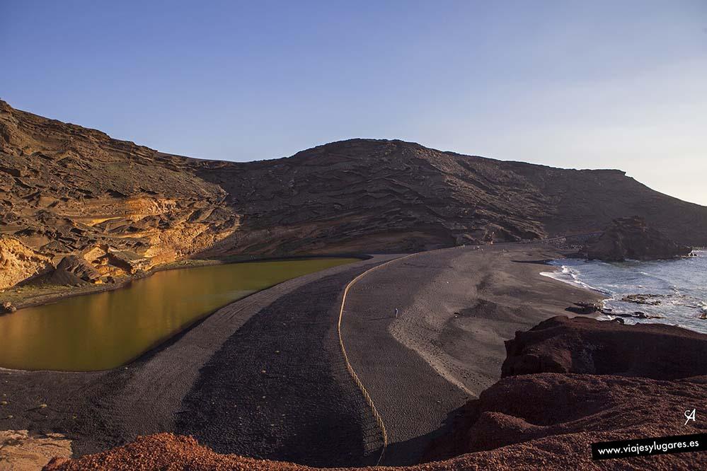El famoso lago en la playa de los Clicos de Lanzarote