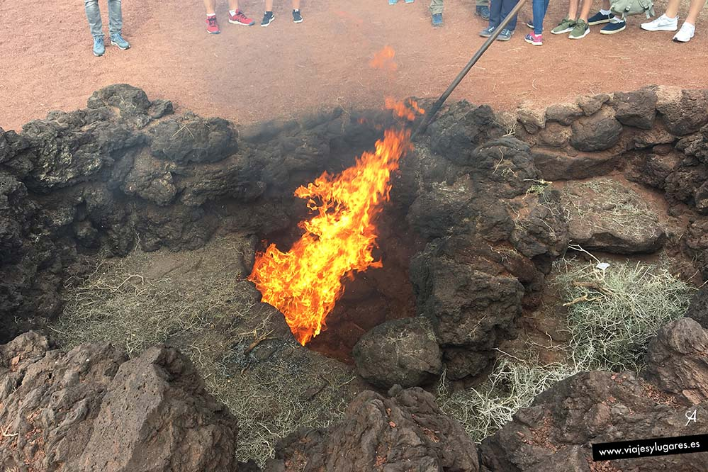 El fuego sale de la tierra en Timanfaya