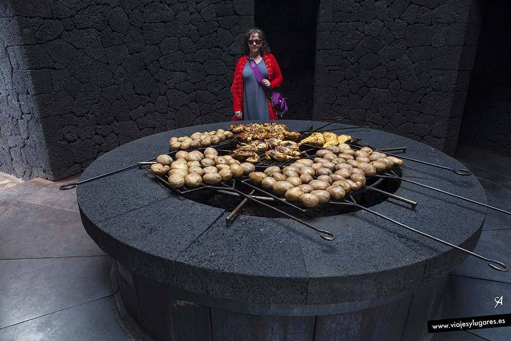 Pollo al volcán con patatas en Timanfaya