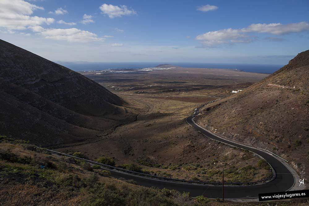 Una serpenteante carretera de dos carriles sube hasta Femés