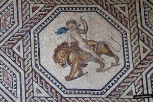 Cupido cabalgando un león